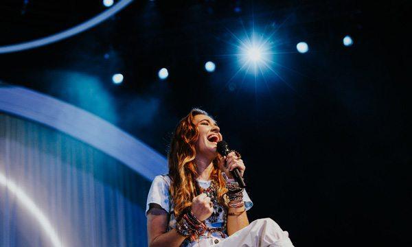 Lauren Daigle Singing