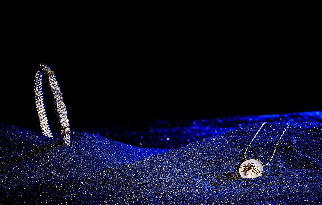 Bracelet and pendant in black sand.